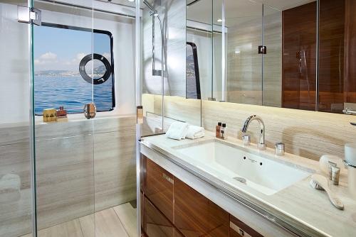 30m-starboard-double-bathroom